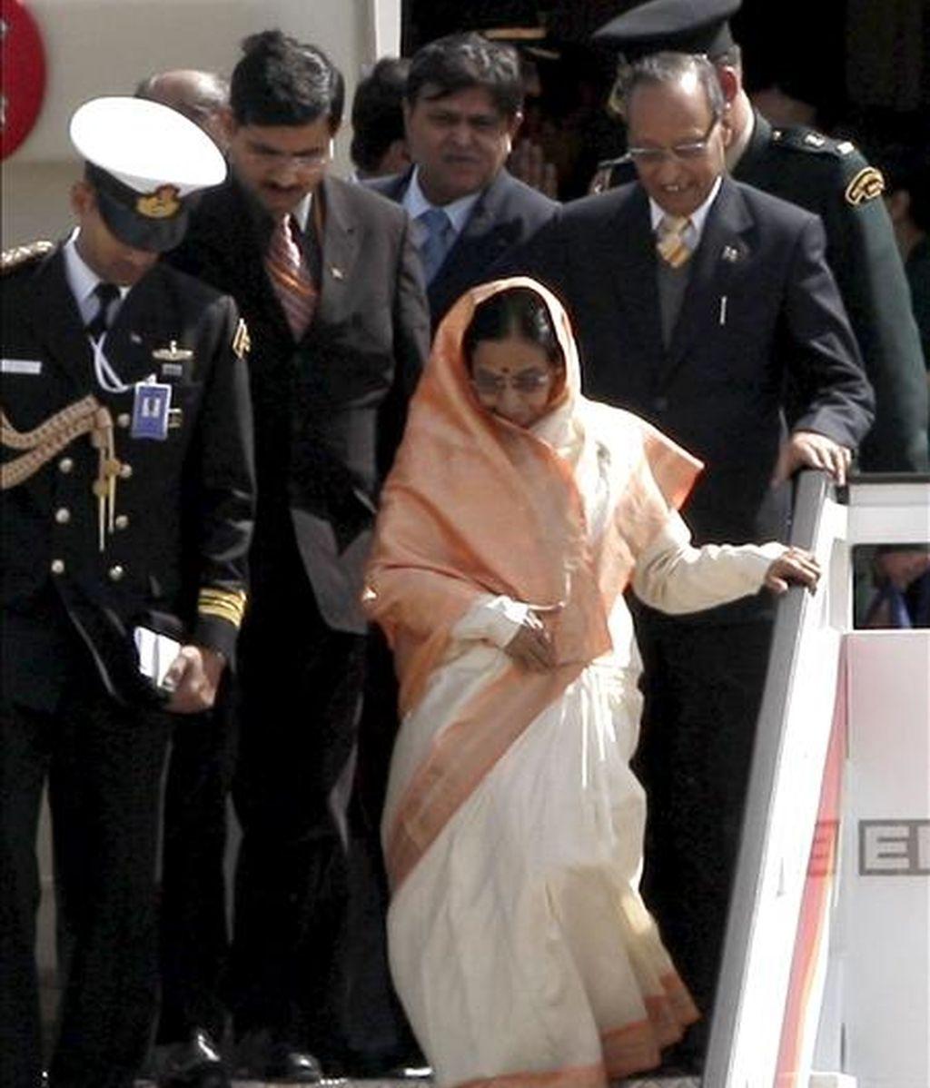 La presidenta de la India, Pratibha Patil (d-primer término), a su llegada al aeropuerto de Madrid-Barajas. EFE
