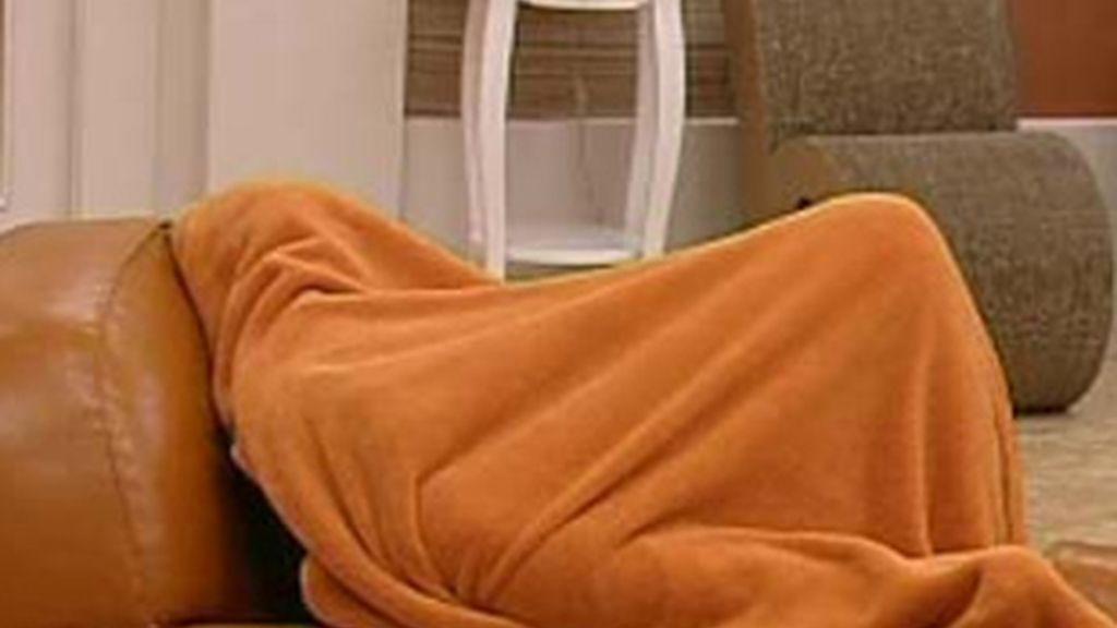 Arturo, llorando bajo una manta la marcha de Indhira