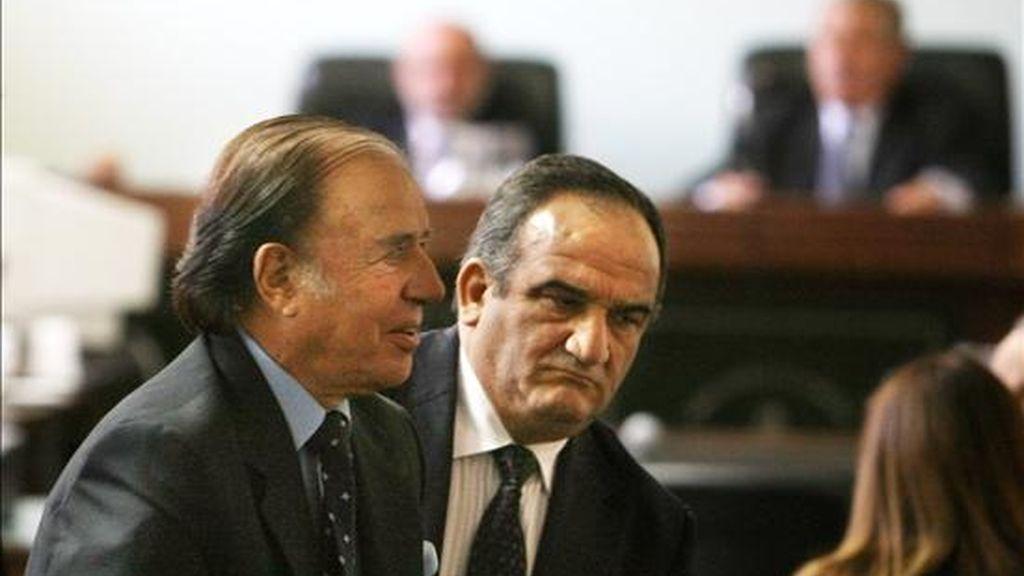 La decisión implica además que el ex jefe de Estado (i) (1989-1999) vuelve a estar procesado por su presunta responsabilidad en esos hechos. EFE/Archivo