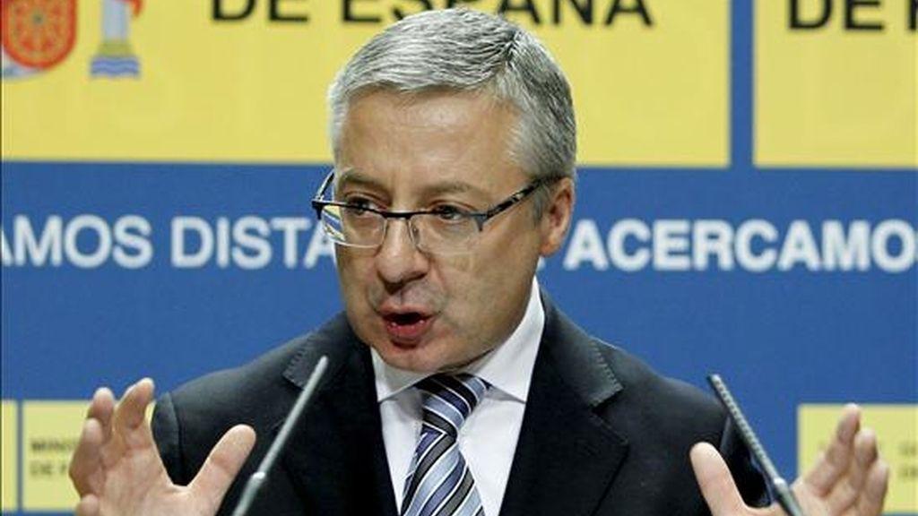 """El ministro de Fomento, José Blanco, aseguró hoy que """"no hay ninguna decisión tomada"""" para imponer un peaje a los camiones pesados. EFE/Archivo"""