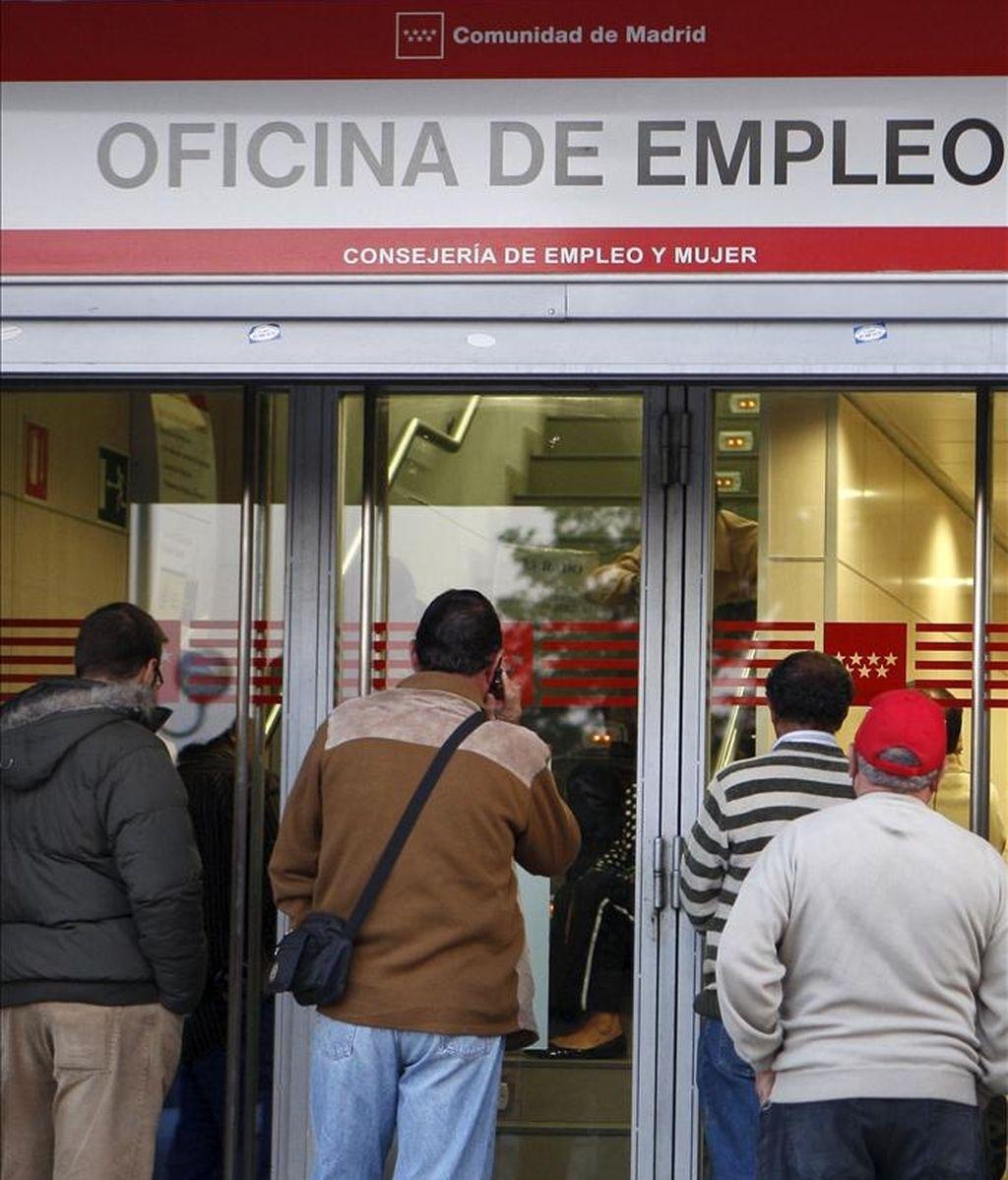 Varias personas esperan su turno ante una oficina del INEM. EFE/Archivo