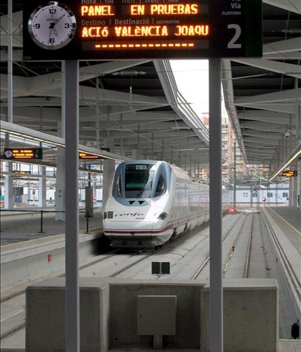 El AVE Madrid-Valencia hace su entrada en la estación de Valencia durante su primer viaje en pruebas, el pasado 13 de octubre. EFE/Archivo