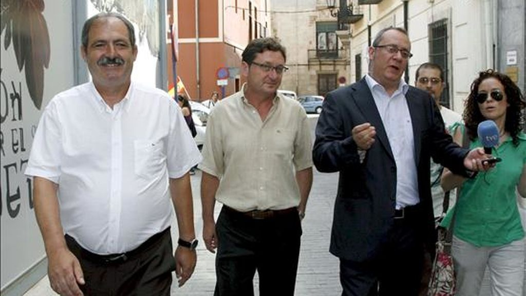 De izquierda a derecha, los concejales de Orihuela (Alicante) José Antonio Rodríguez Murcia, Ginés Sánchez y Antonio Abadía, a su salida hoy de los juzgados de la localidad tras prestar declaración ante el juez. EFE