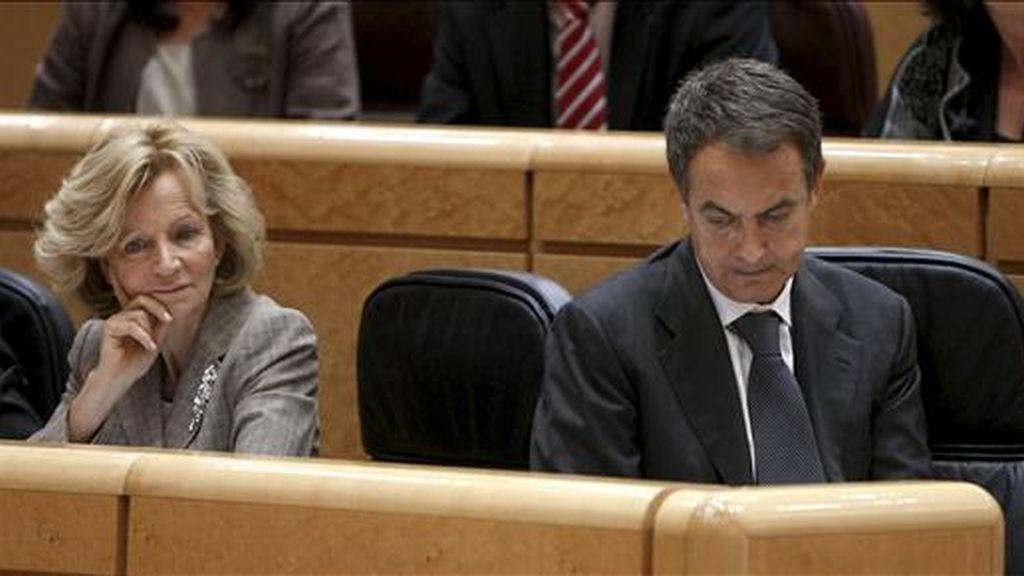 En la imagen, el presidente del Gobierno, José Luis Rodríguez Zapatero (d), y la vicepresidenta segunda y ministra de Economía y Hacienda, Elena Salgado, durante la sesión de control al Gobierno, en el Senado. EFE/Archivo