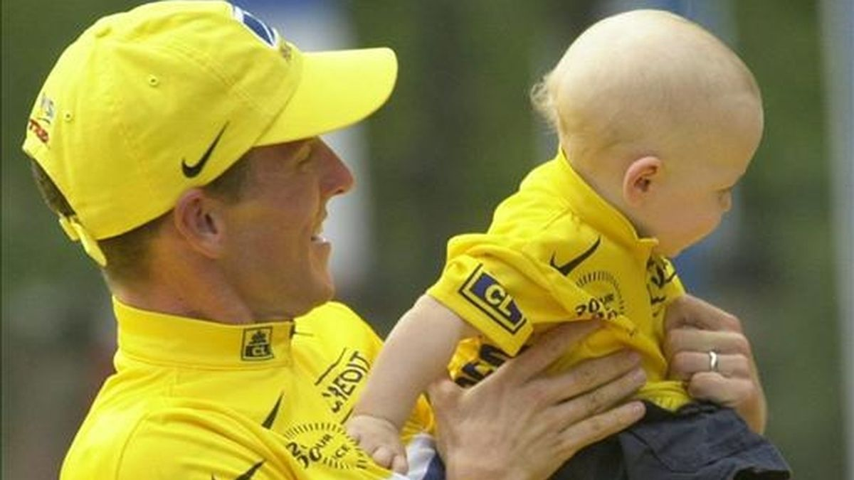 El ciclista Lance Armstrong tuvo tres hijos con su ex esposa Kristin mediante la fertilización in vitro. EFE/Archivo