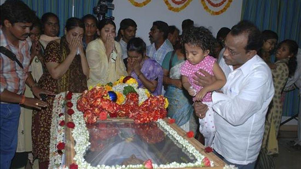 Varias personas lloran ante el féretro de Vicente Ferrer en la capilla ardiente instalada en Anantapur. EFE