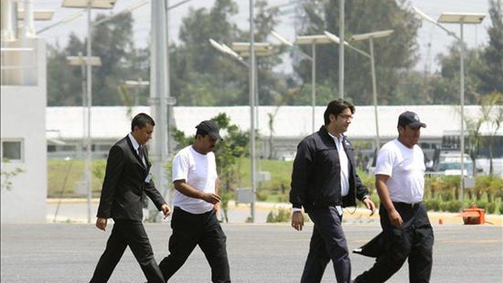 Funcionarios policiales acompañan para una rueda de prensa el pasado 31 de julio a los periodistas Javier Canales Fernández (2-i) y Alejandro Hernández (d), quienes fueron liberados después de estar secuestrados por un grupo del crimen organizado, en Ciudad de México. EFE/Archivo
