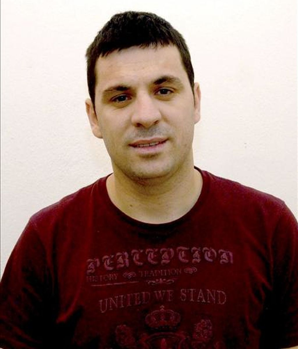 El ciudadano albanés Astrit Bushi, supuesto líder de la banda que asaltó la vivienda del artista y empresario teatral José Luis Moreno en 2007, tras ser detenido en el domicilio de su mujer, en la localidad albanesa de Lac. EFE/Archivo