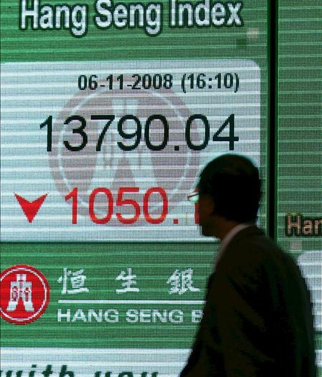 Un hombre observa un tablero electrónico con el índice Hang Seng de la Bolsa de Hong Kong. EFE/Archivo
