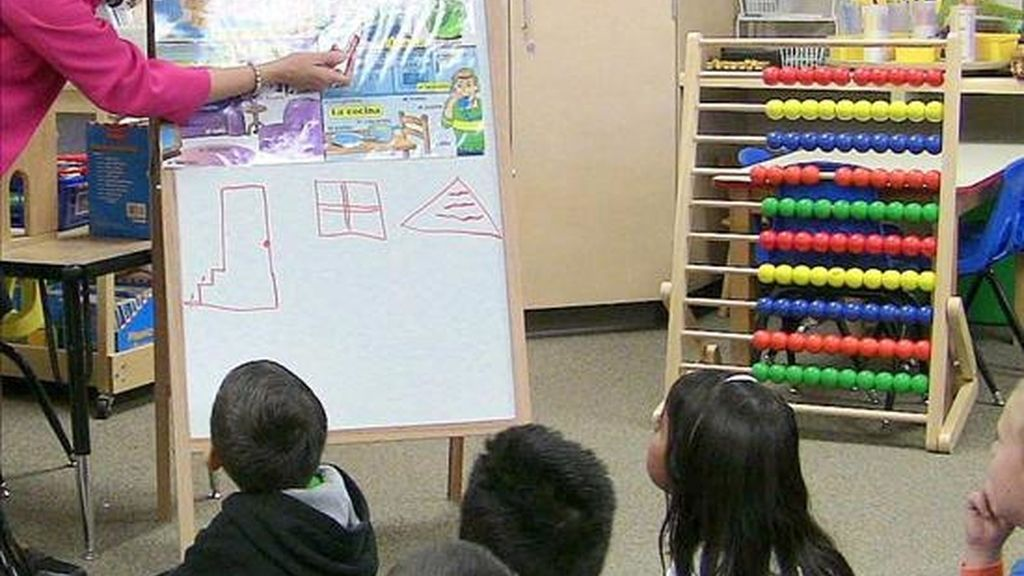 Una profesora imparte una clase. EFE/Archivo
