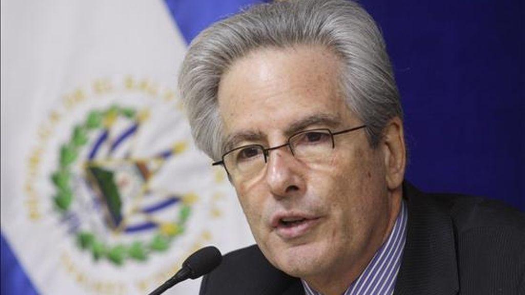 El secretario de Estado Adjunto de EE.UU. para Latinoamérica, Arturo Valenzuela, habla durante una rueda de prensa en San Salvador (El Salvador). EFE