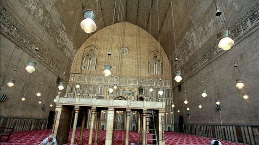 Un operario da los últimos retoques a una alfombra del interior de la mezquita del Sultán Hassan, construida entre 1356 y 1363, en El Cairo, Egipto, hoy martes 2 de junio. La mezquita será uno de los lugares que el presidente estadounidense, Barak Omama, visitará durante su estancia oficial en el país, prevista para el 4 de junio. EFE