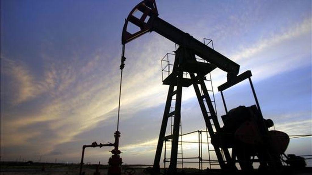 Los contratos de gasolina y gasóleo para entrega en julio también subieron, en estos casos cinco y cuatro centavos, respectivamente, y cerraron en 1,89 y 1,77 dólares por galón (3,78 litros). EFE/Archivo