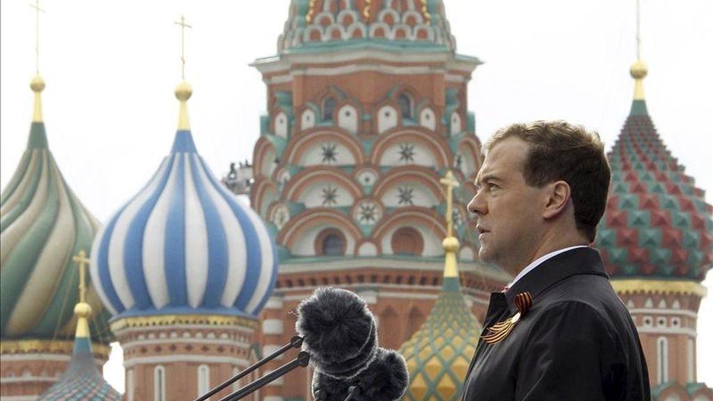 El presidente ruso Dmitri Medvédev pronuncia un dicurso durante la celebración del Día de la Victoria con motivo del 66º aniversario de la victoria sobre la Alemania nazi, en la Plaza Roja de Moscú, Rusia. EFE