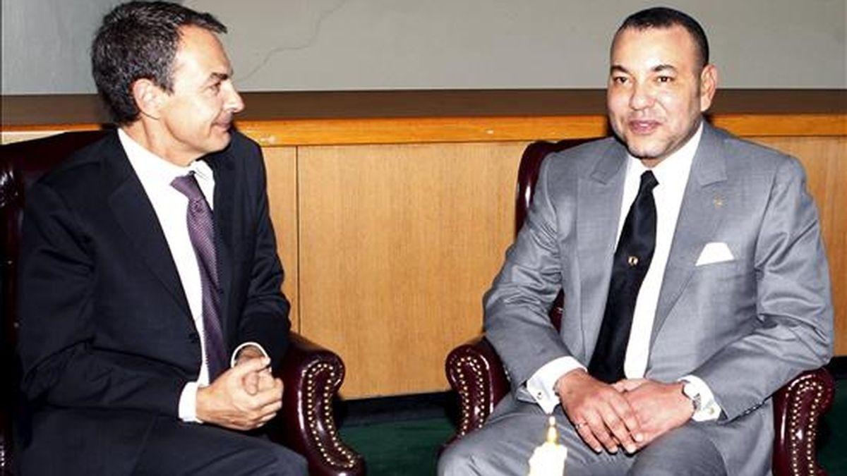 El presidente del Gobierno español, José Luis Rodríguez Zapatero (i), durante la entrevista celebrada ayer con el rey de Marruecos, Mohamed VI, en la sede de Naciones Unidos en Nueva York, con el fin de reforzar las relaciones bilaterales tras los incidentes registrados este verano en la frontera de Melilla. EFE