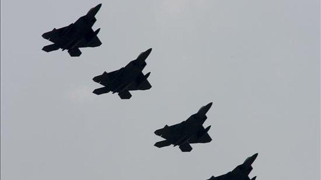 Aviones de combate Air Force F-22A Raptor sobrevuelan la base aérea de Kadena, hoy en Okinawa, Japón. EFE