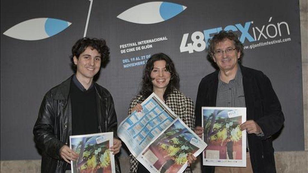 """El director Jonás Trueba (i) junto a la actriz Bárbara Lennie (c) y el productor Gerardo Herrero (d) posan antes de la presentación de su primer largometraje, """"Todas las canciones hablan de mí"""" el pasado 20/11/2010 en el Festival de Cine de Gijón. EFE/Archivo"""