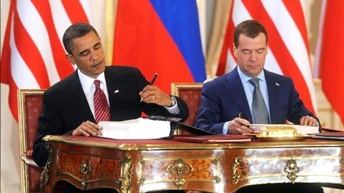 Los presidentes estadounidense, Barack Obama (i), y ruso, Dmitri Medvédev, durante la firma el pasado 8 de abril de un nuevo acuerdo de desarme nuclear sucesor del START, en Praga. EFE