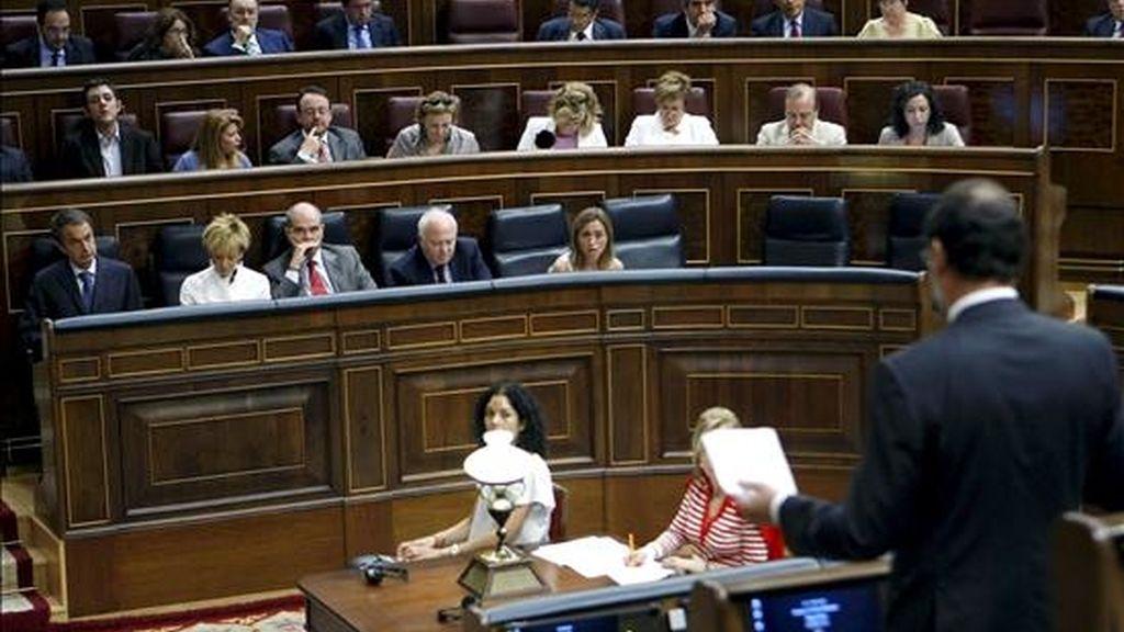 El líder del PP, Mariano Rajoy (d), formula una pregunta durante una de sus intervenciones en la sesión de control al Ejecutivo que se celebra hoy en el Congreso de los Diputados. EFE