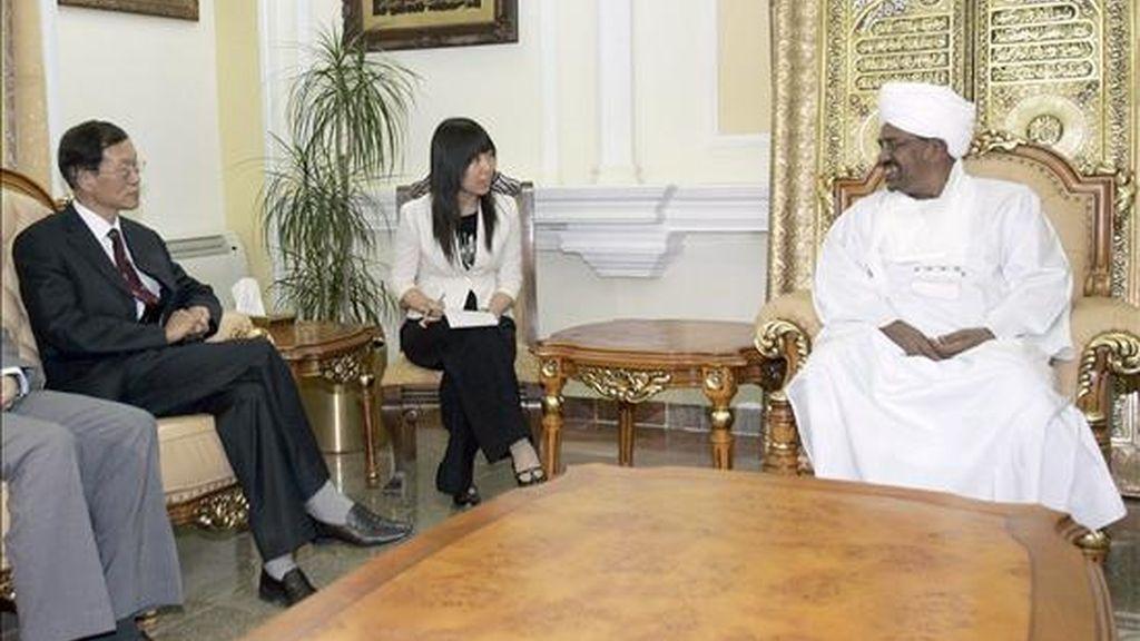Fotografía facilitada el 2 de junio,  del enviado especial del Gobierno chino para Darfur, Liu Guijin (i), durante una reunión con el presidente de Sudán, Omar Hassan el Bashir (d), en Jartún, Sudán. EFE/Archivo