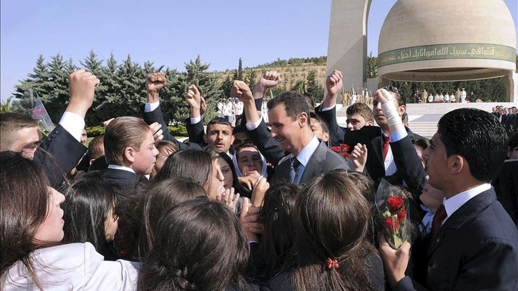 El presidente sirio, Bachar al Asad (c), rodeado de hijos de mártires sirios durante su visita al Monumento al Soldado Desconocido con motivo de la celebración del Día de los Mártires en Damasco (Siria), el pasado 6 de mayo. EFE/Archivo