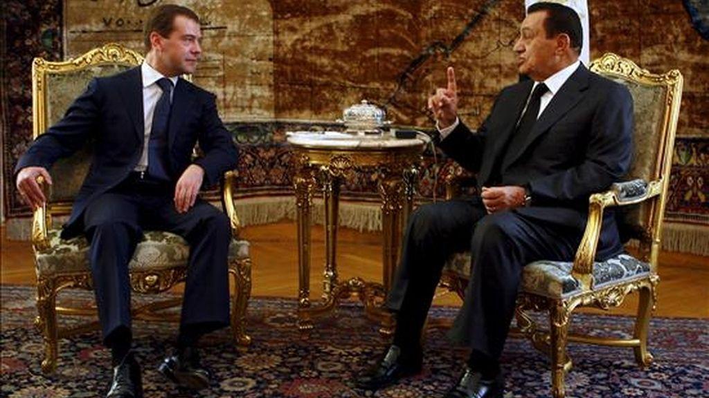 El presidente de Rusia, Dimitri Medvédev (izq.), conversa con su homólogo egipcio en El Cairo. EFE