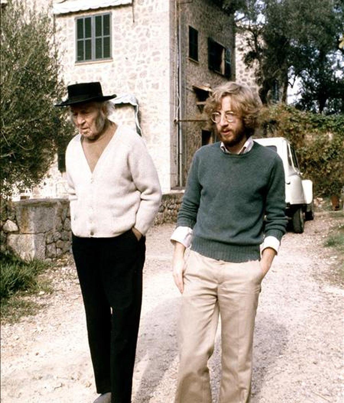 """El poeta inglés autor de """"Yo, Claudio"""", Robert Graves (iz), acompañado de un familiar en la que fue durante muchos años su residencia en España, ubicada en Deia, Mallorca. EFE/Archivo"""