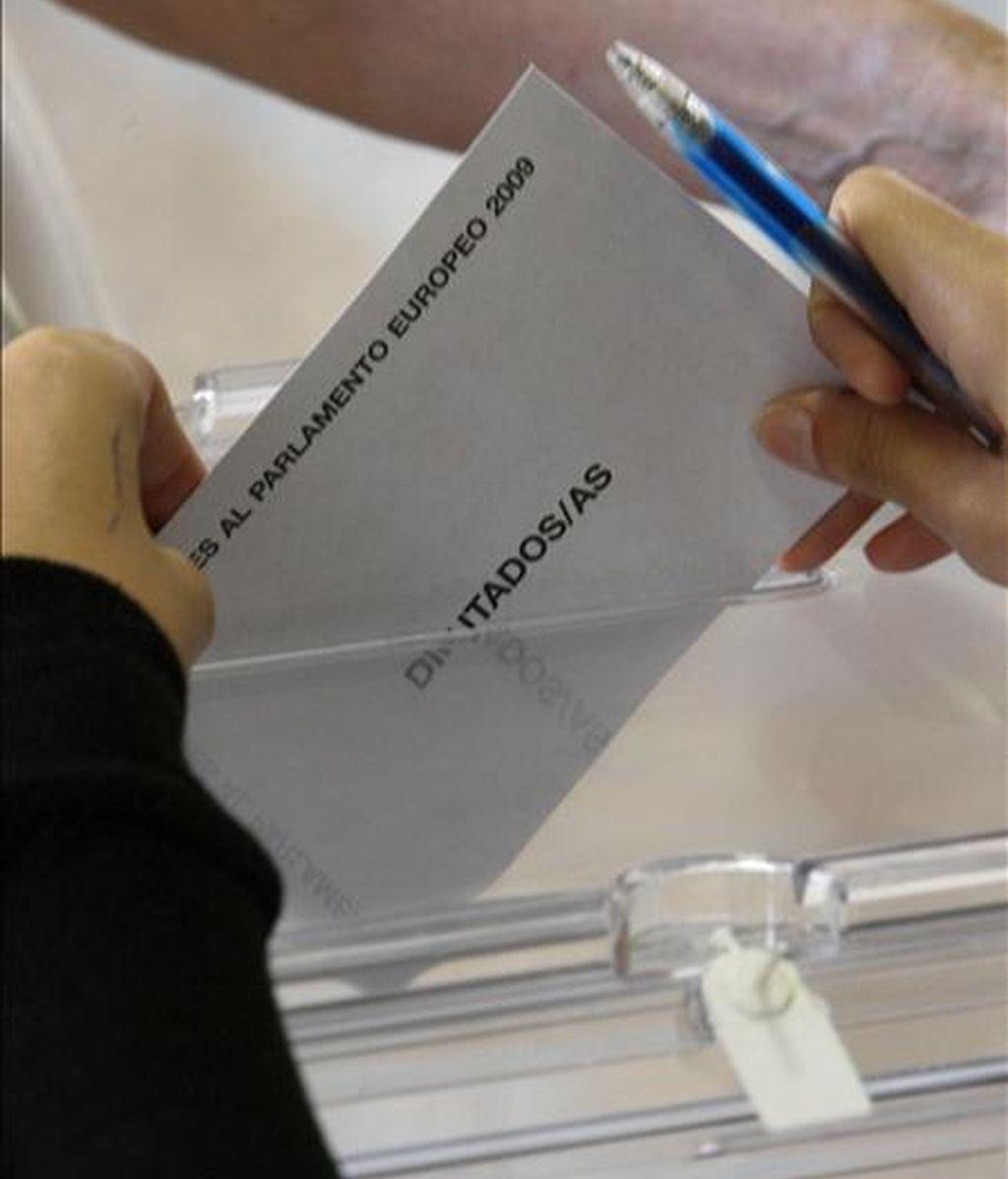 Un voto para las elecciones al Parlamento Europeo es introducido en una urna, en un colegio de Madrid. EFE/Archivo