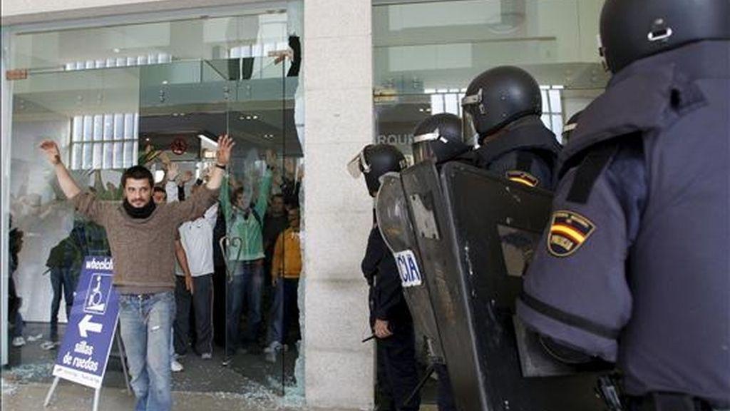 Efectivos de la Policía Nacional sacan hoy a un grupo de trabajadores que accedió a la Estación Marítima de Vigo para llegar hasta un crucero dentro de las movilizaciones en la sexta jornada de huelga del metal en Vigo. EFE