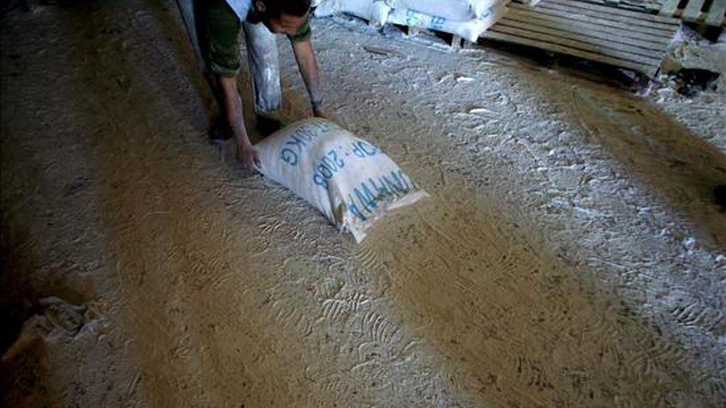 Un palestino arrastra un saco de comida en un centro de reparto de ayuda humanitaria de Naciones Unidas en el campo de refugiados de Al Shatea, Gaza. EFE/Archivo