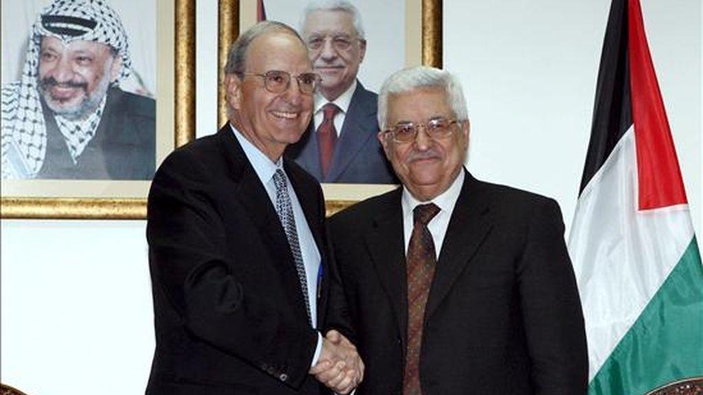 Fotografía facilitada por la Autoridad Palestina que muestra al presidente palestino, Mahmoud Abbas (dcha), con el enviado especial estadounidense para Oriente Medio, George Mitchell, durante su encuentro en Ramala. EFE