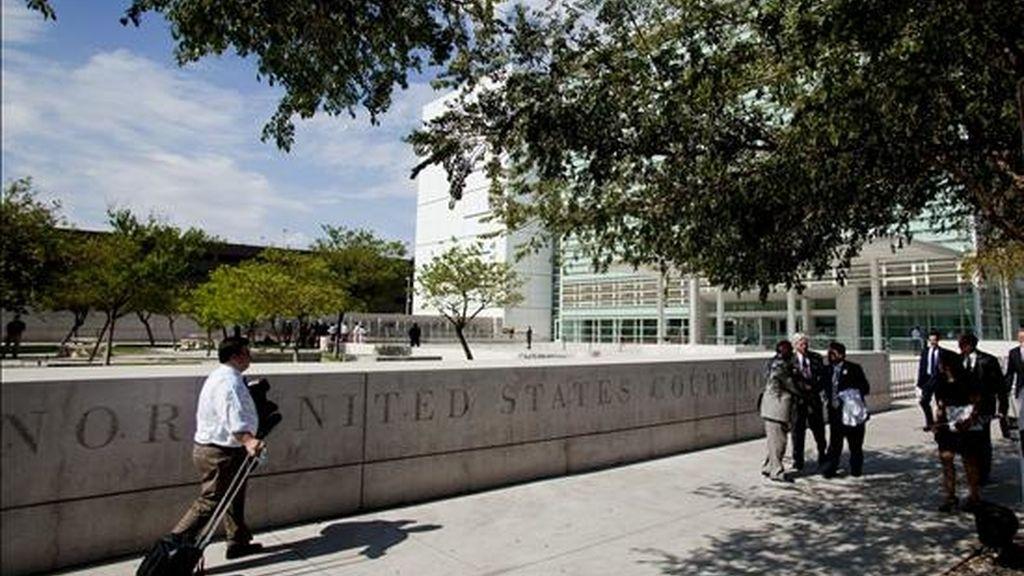 Varias personas caminan por delante de la corte federal del distrito de Phoenix, donde la juez Susan Bolton bloqueó algunas partes clave de la ley de inmigración de Arizona. EFE