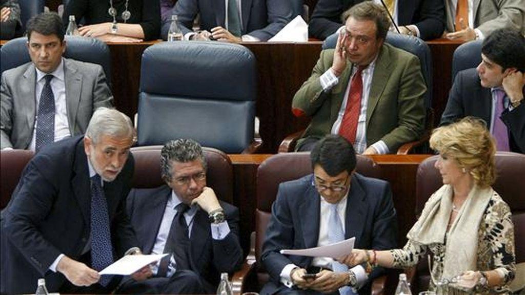 La presidenta de la Comunidad de Madrid, Esperanza Aguirre (d), con el vicepresidente, Ignacio González (2d), y los consejeros Francisco Granados (2i) y Antonio Beteta (i), en presencia del escaño vacío del diputado del PP Benjamín Martín Vasco, hoy en el Parlamento madrileño. EFE