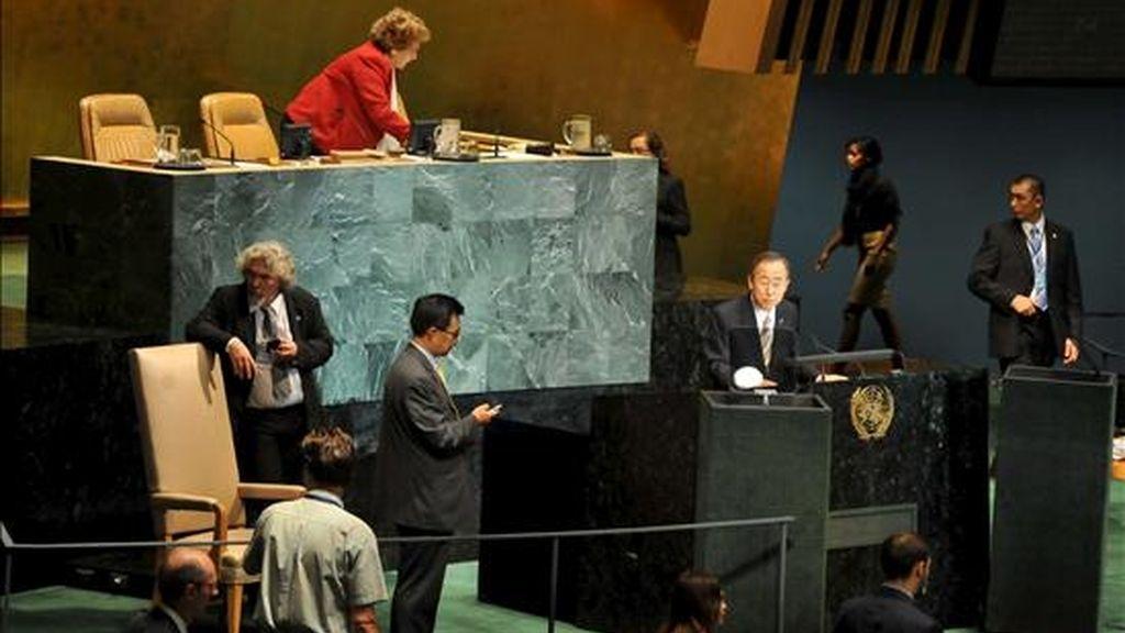 El secretario general de Naciones Unidas, Ban Ki-moon (c), antes de la apertura de la 65 Asamblea General de la ONU, en la sede de esa organización en Nueva York este jueves. EFE