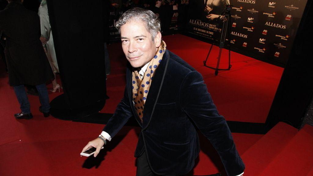 Boris Izaguirre derrochando elegancia a su llegada al cine Callao