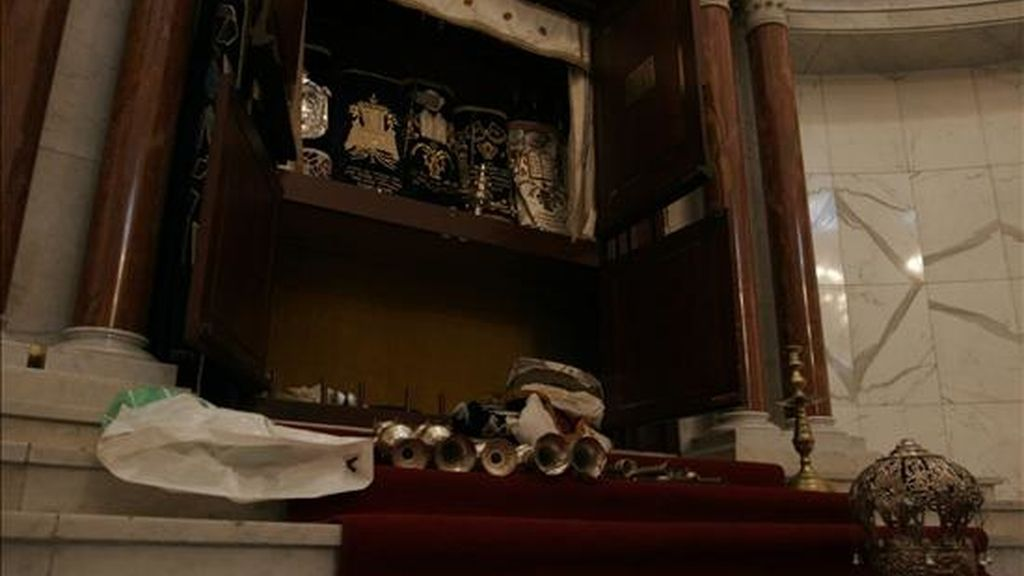 Imagen de los destrozos que un grupo de desconocidos ocasionó el pasado 31 de enero de 2009, en una sinagoga de Caracas (Venezuela). El presidente, Hugo Chavez, ha asegurado hoy que 8 policías han sido arrestados por esos hechos. EFE