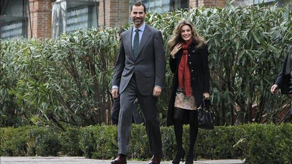 """Los Príncipes de Asturias, que presidieron la reunión del Patronato de la Residencia de Estudiantes y visitaron la exposición """"Viajeros por el conocimiento"""", pasean por los alrededores. EFE"""