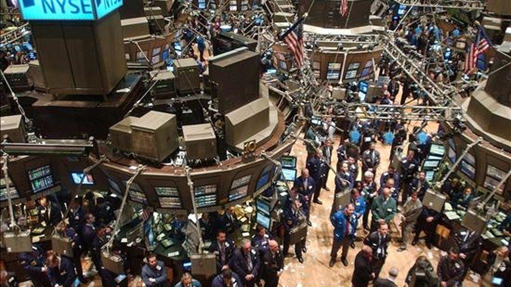El índice Dow Jones de Industriales, el principal de la Bolsa de Nueva York, subió el 2,08% y rompió así con cuatro días consecutivos de descensos, para terminar en 8.472,4 puntos. EFE/Archivo