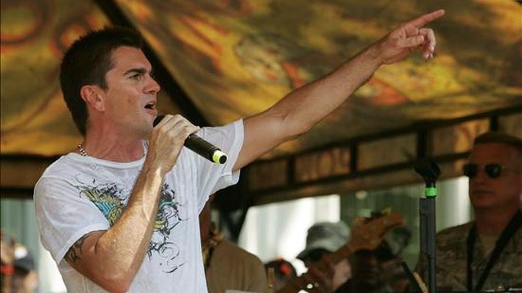 El cantante colombiano Juanes canta durante una misión social que realizan militares estadounidenses que llegaron este domingo al deprimido puerto de Tumaco, sobre el Pacífico colombiano, en el buque hospital Comfort de la Armada de Estados Unidos. EFE
