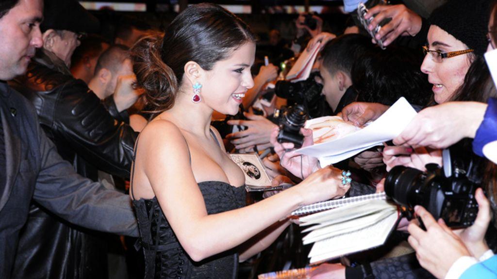 Selena Gómez, toda una estrella que no dudo en atender a sus fans reunidos en Callao