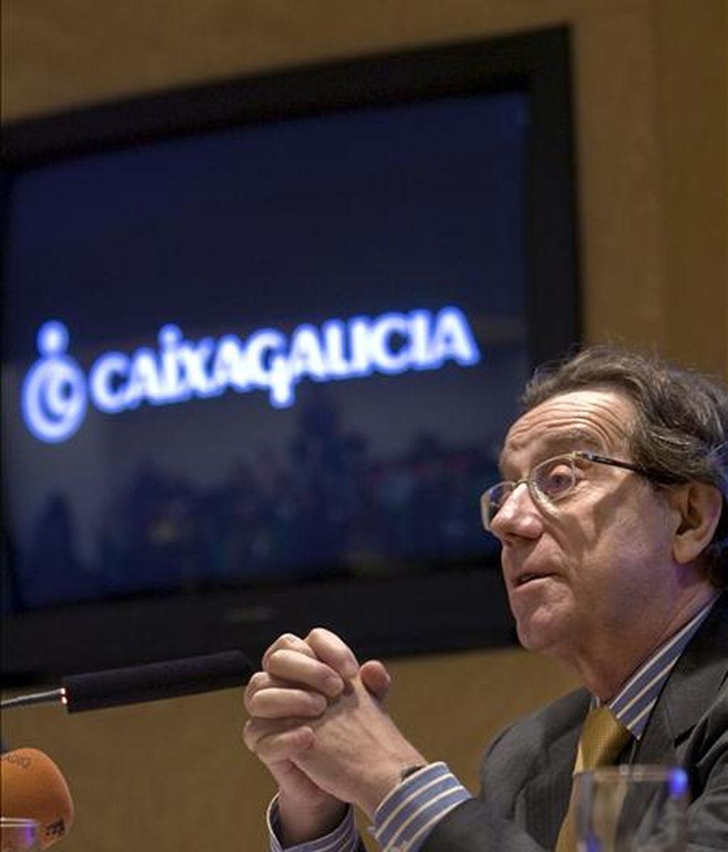 El director general de Caixa Galicia, José Luis Méndez, durante el desayuno de presentación de la inversión en tecnología y en I? de Caixa Galicia en los último años y la presentación de nuevos proyectos tecnológicos para el 2009, en un acto celebrado en el Centro de Proceso de Datos de Caixa Galicia. EFE