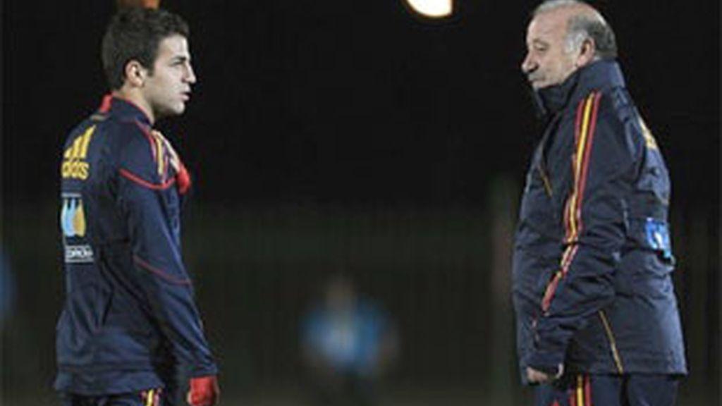 Fábregas ha entrenado a parte de sus compañeros por un golpe en un hombro. Foto: Getty