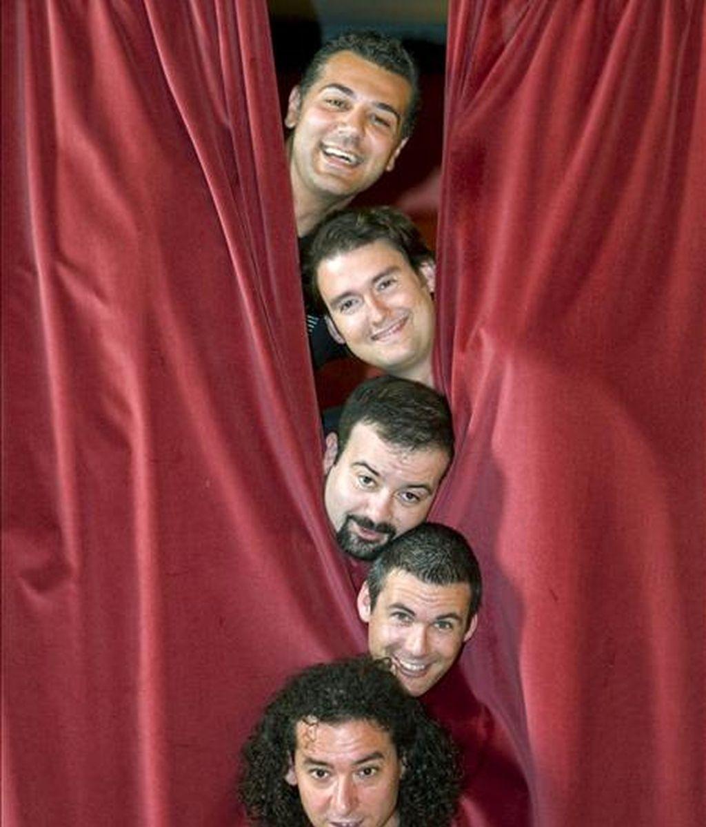 """Los componentes del grupo de canto """"a capella"""" B-Vocal tras la rueda de prensa de presentación de su último trabajo """"Vocalitessen"""", que se representará en el Teatro Principal de Zaragoza los días 20 y 21 de junio. EFE"""
