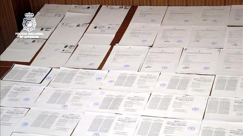 La Policía Nacional ha desarticulado una organización dedicada a concertar matrimonios de conveniencia entre españoles y extranjeros en situación irregular, en una operación en la que el balance total de detenidos es de 123 personas en Cataluña, Madrid y Valencia, entre ellas un abogado de una gestoría. EFE