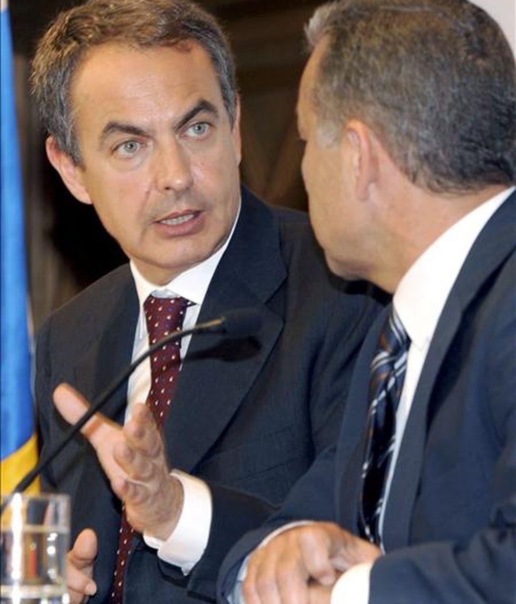 El presidente del Gobierno, José Luis Rodríguez Zapatero (i) y el presidente de Canarias, Paulino Rivero, durante la rueda de prensa que ofrecieron tras la reunión que mantuvieron hoy en la sede de la Presidencia del Ejecutivo regional en Las Palmas de Gran Canaria. EFE