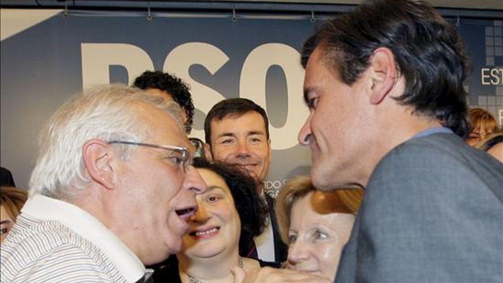 El cabeza de lista del PSOE a las elecciones europeas, Juan Fernando López Aguilar (d), charla con el eurodiputado Josep Borrell. EFE