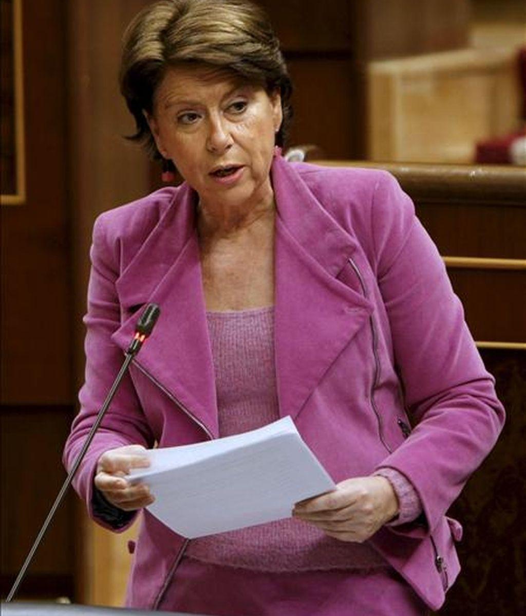 La ministra de Fomento, Magdalena Álvarez, durante su intervención en la sesión de control al Ejecutivo que tuvo lugar hoy en la Cámara baja. EFE
