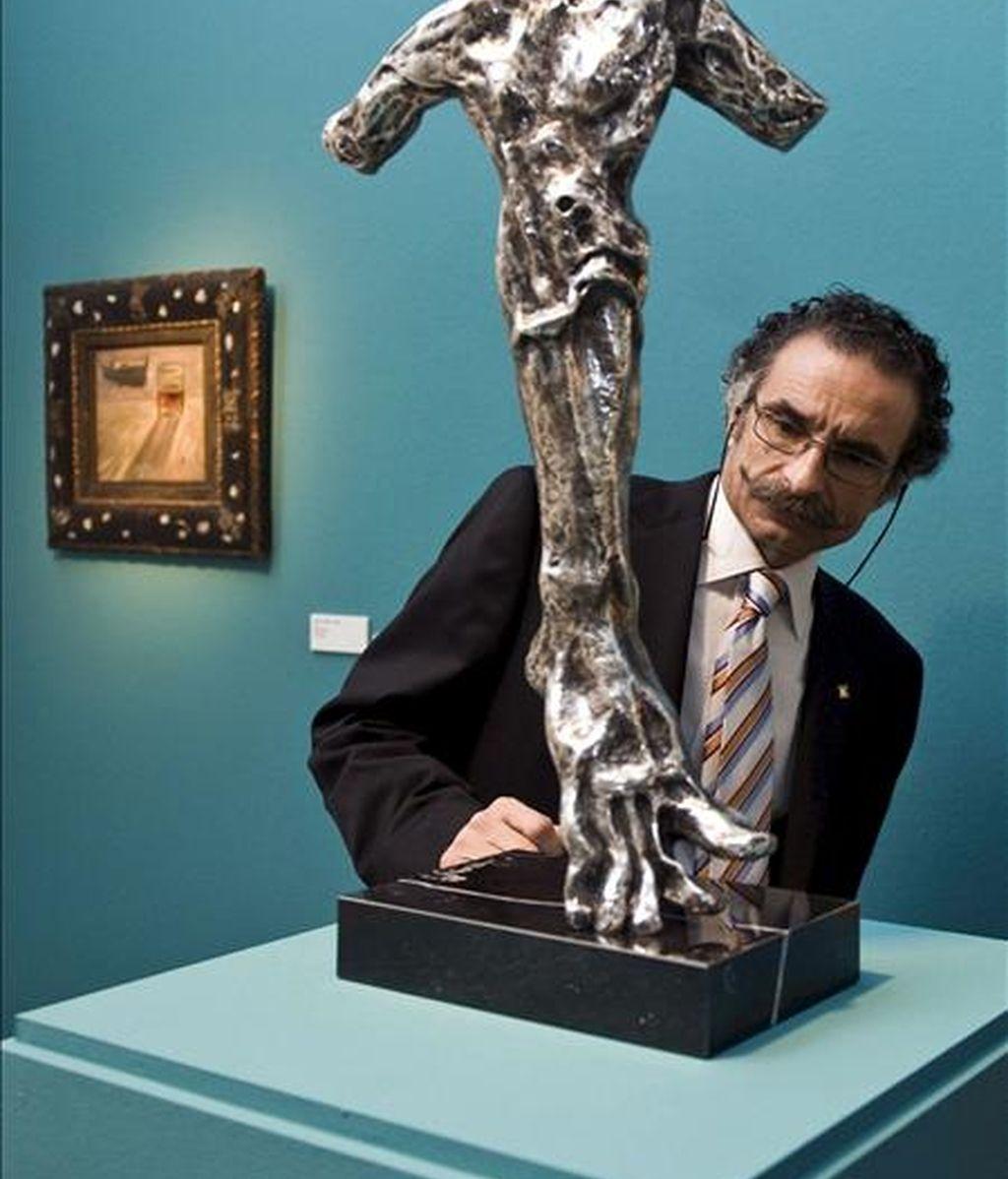 """El ex director del Real Círculo Artístico de Barcelona y propietario de parte de las obras de la exposición """"Salvador Dalí, veinte años después"""", Juan Javier Bofill, durante la inauguración de dicha exposición hoy en la Casa del Cordón de Burgos. EFE"""