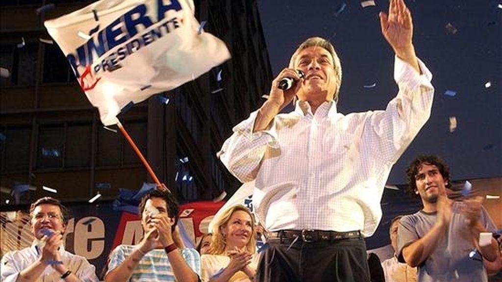 """El vicepresidente Edmundo Pérez Yoma, en declaraciones a los periodistas, calificó como """"infames"""" las sospechas del único candidato presidencial de la derecha, Sebastián Piñera (en la imagen). EFE/Archivo"""