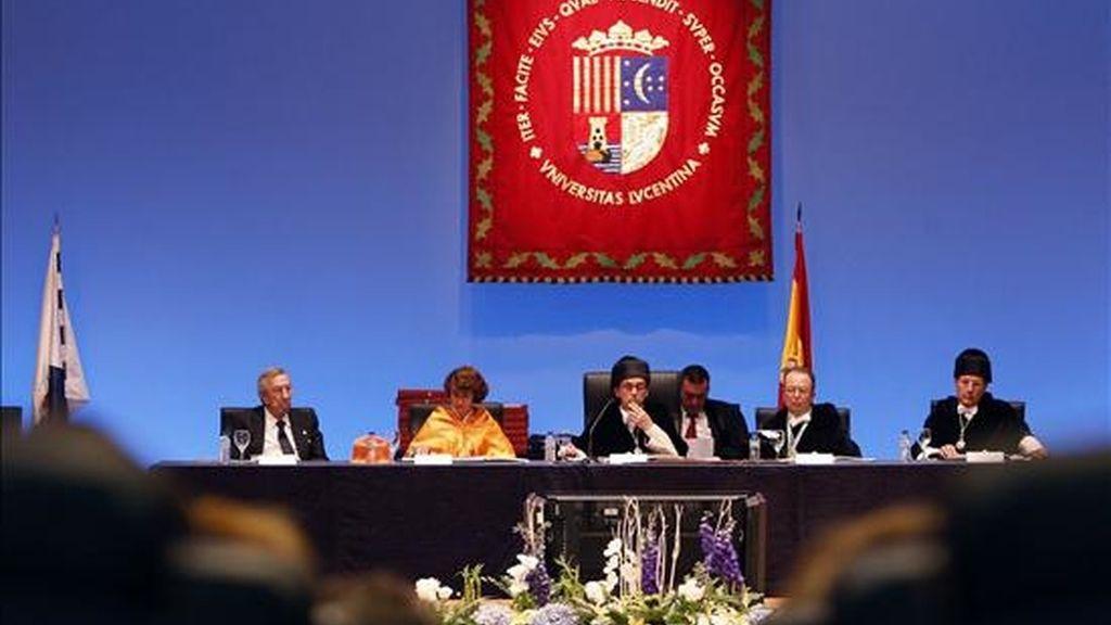 El rector de la Universidad de Alicante, Ignacio Jiménez Raneda (c), durante su intervención en la inauguración del curso académico en la Universidad de Alicante. EFE/Archivo